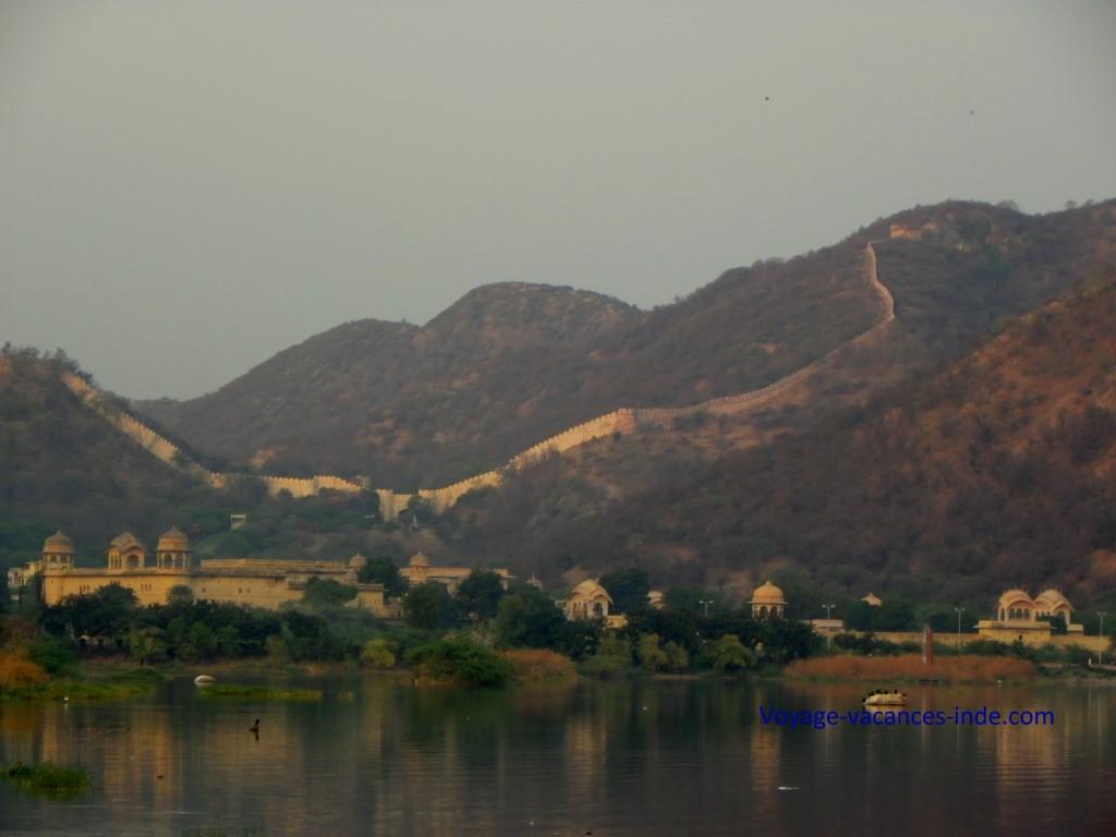 La chaine Aravalli sur le lac de Jaipur
